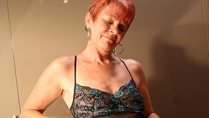 red mature slut playing with herself